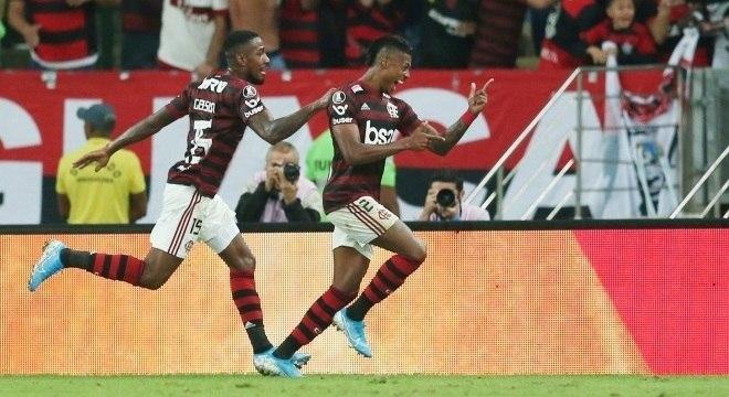 Bruno Henrique faz dois e Flamengo vence o Inter pela Libertadores